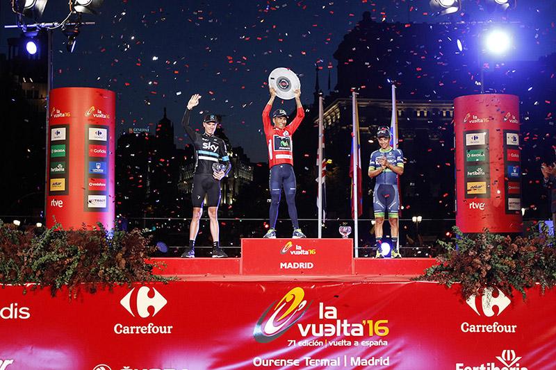 Nairo Quintana (Movistar) en el podio final de la Vuelta a España 2016 con Chris Froome (Team Sky) y Esteban Chaves (Orica - BikeExchange) © Javier Belver